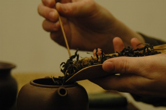 wsypywanie herbaty do czajniczka