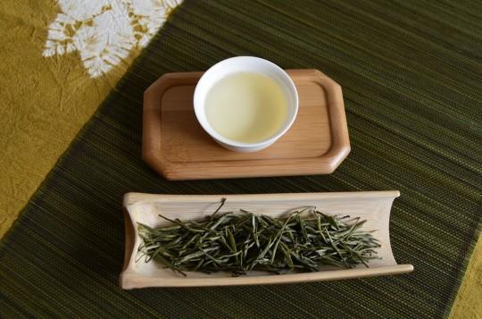 Junshan Yinzhen - napar i liście