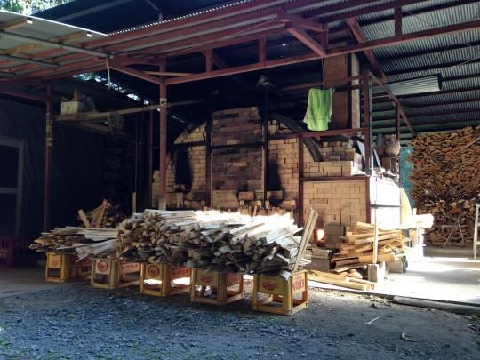 Piec i drewno przygotowane do wypału