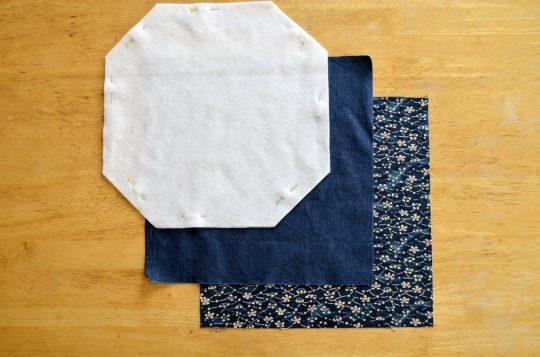 Tkaniny na ubranko czajnikowe, od lewej: włóknina, podszewka, tkanina na stronę zewnętrzną, fot. A.Włodarczyk